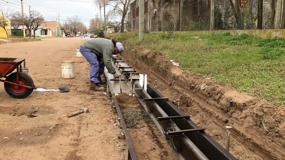 Construyen cordones cuneta en barrio Indios Ranqueles