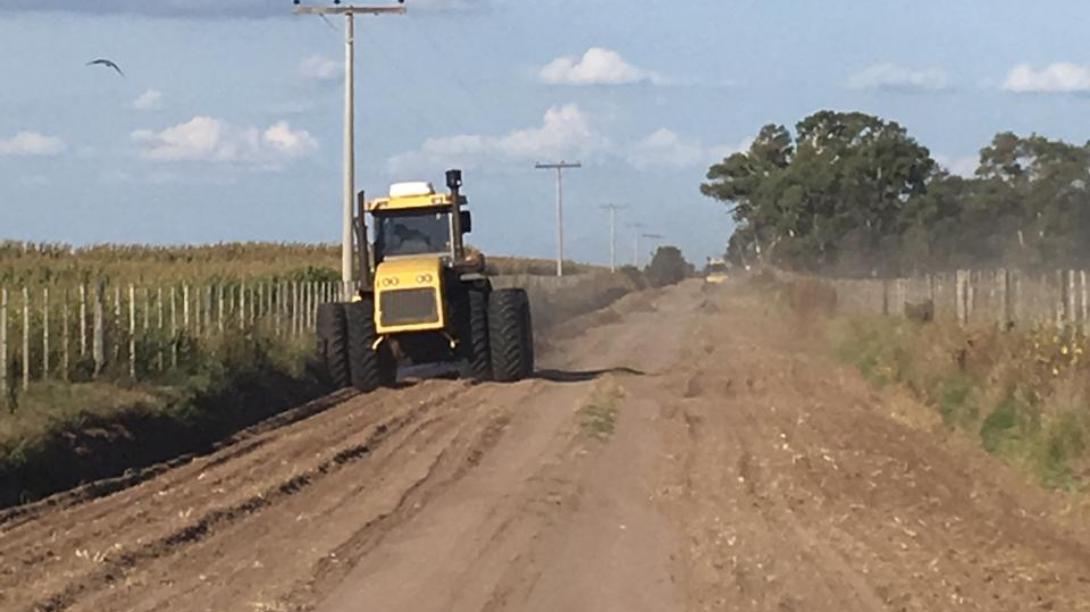 Continúa la reconstrucción de caminos vecinales