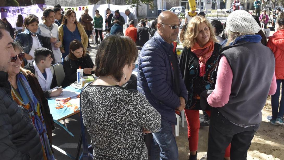"""Rainone visitó la """"Feria de Arte"""" del colegio Ciudad"""