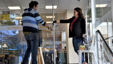 FUNCIONARIOS MUNICIPALES COLABORAN CON LA ORGANIZACIÓN EN BANCOS