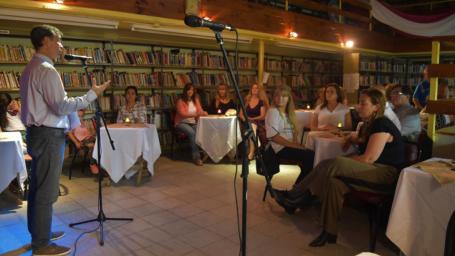 La Biblioteca Estrada homenajeó a las mujeres en un exitoso café literario