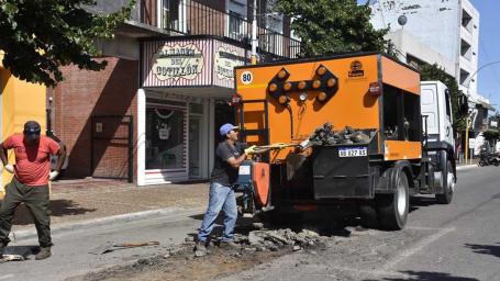 Continúan las tareas de bacheo en la ciudad