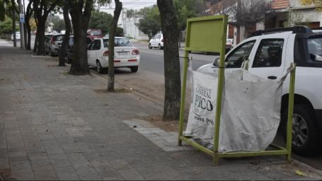 Colocaron bolsones para depositar hojas secas en distintos sectores de la ciudad