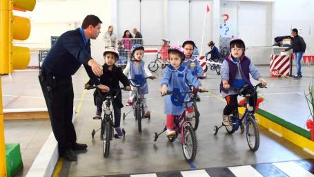 Más de 900 chicos recorren el Parque de Educación Vial