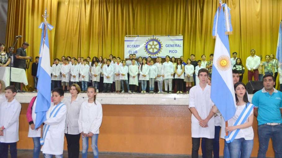 """El intendente participó de la entrega de diplomas del Rotary Club a los """"mejores compañeros"""""""