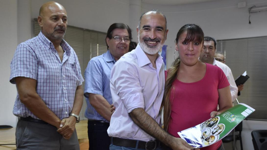 """Entrega de microcréditos de la Línea Municipal: """"Sin dudas a través del emprendedurismo podemos salir adelante"""", sostuvo Rainone"""