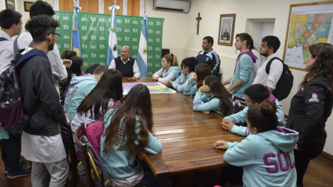 El intendente recibió a estudiantes del colegio República de El Salvador