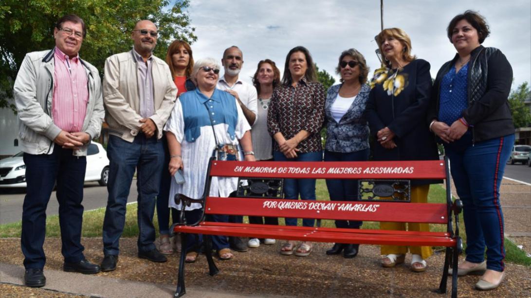 Instalaron en nuestra ciudad un banco rojo en memoria de las víctimas de femicidio