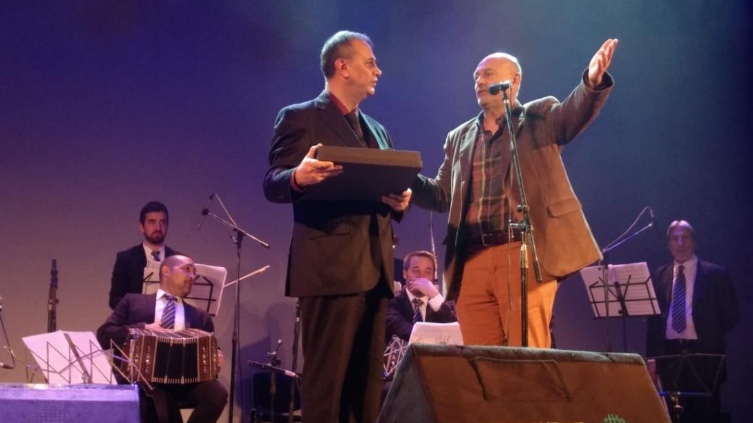 El intendente Rainone entregó un reconocimiento al pianista Nicolás Ledesma