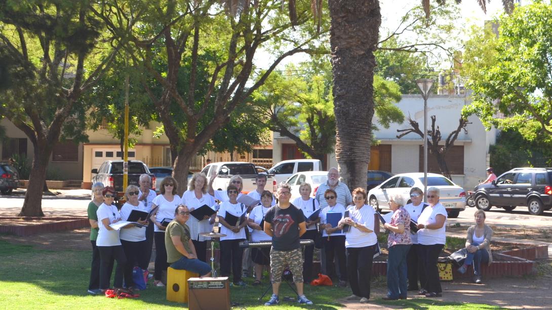 El coro de la tercera edad se presenta en el centro de la ciudad