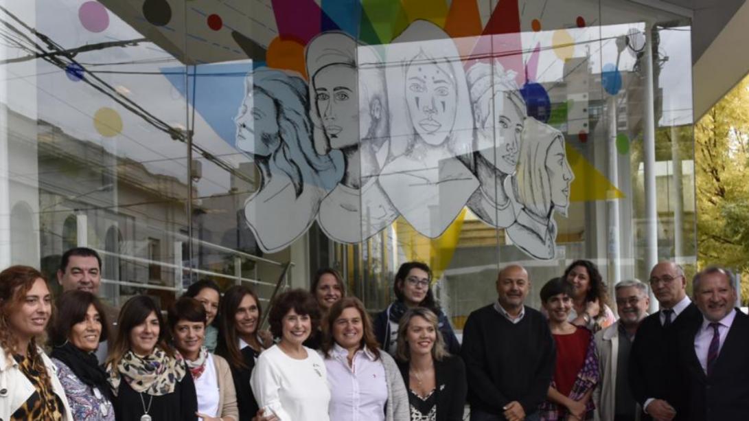 """Inauguraron la intervención """"Mujeres que inspiran"""" en el Banco de La Pampa"""